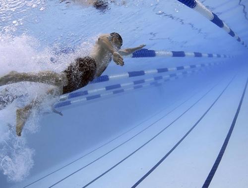 Buen tiempo+ piscinas+ duchas compartidas = riesgo en tus pies ¡pon unos calcetines MUVU en tu vida!