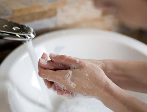 ¿Manos irritadas por exceso de higiene? ¡Conoce nuestro guante!
